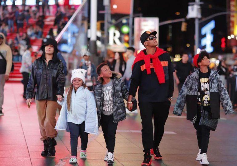 Urbano Secreto El Famoso Biberón de paseo con su familia en NYC